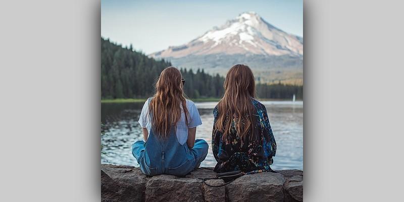 Dwie młode kobiety patrzące naodległą górę