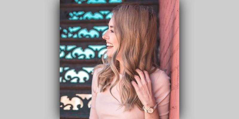 Uśmiechnięta dziewczyna patrząca się wbok