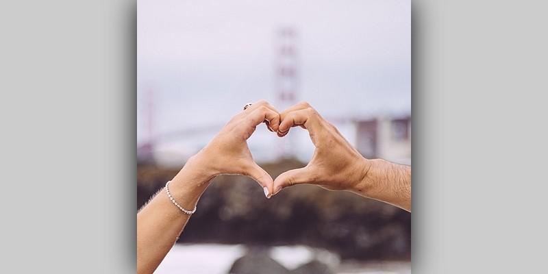 Dwie dłonie tworzące serce